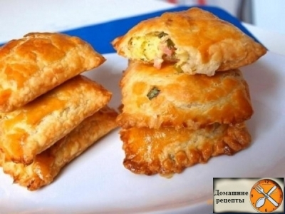 Пирожки из слоеного теста с зеленым луком, сыром и ветчиной