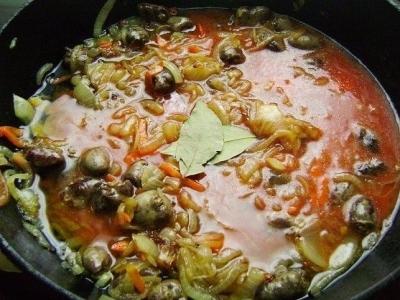 Тушеные куриные сердечки в томатном соусе