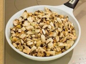 Тарты с грибами под сметанно-сырным соусом
