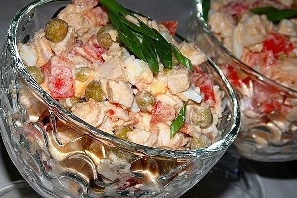 Салат с куриной грудкой, помидорами и зелёным горошком
