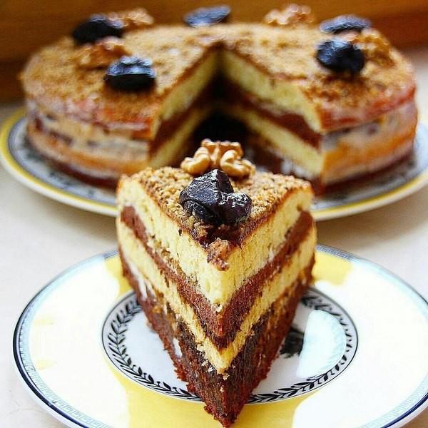 Торт сметанник с черносливом и грецкими орехами