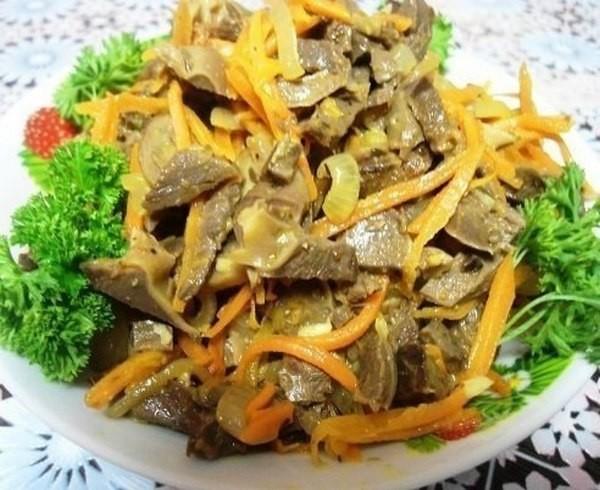 Салат из куриных желудков...почти по корейски... 500 г желудков отварить до готовности (не переварить!) с лавр.листом, 400г .мороженных шампиньонов,обжарила их с луком(3 шт.), грибов можно взять и больше, 2 крупные моркови натереть на корейской терке и обжарить на раст.масле до полуготовности, желудки порезать соломкой, обжарить немного на небольшом количестве раст.масла, добавить приправу для корейской моркови, 50 г .уксуса столового, 2-3 зубчика давленного чеснока, Все перемешать, добавить 3 ст.л. соевого соуса, оставить на ночь в холодильнике.