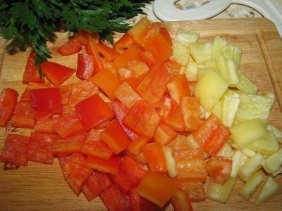 И добавляем мясо в закипевшую воду, оставляем томиться бульон вместе с лавровым листом, перцем. 4