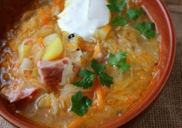 Суп с квашеной капустой и копченостями